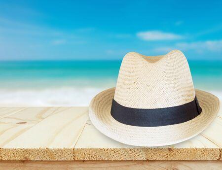 Holztisch und Meer Landschaft Hintergrund Hut über. Entspannung oder Urlaub Konzept