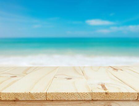 Holztisch und Meer Landschaft Hintergrund. Entspannung oder Urlaub Konzept