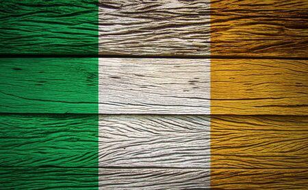 Irland-Flagge auf Grunge Holz Hintergrund