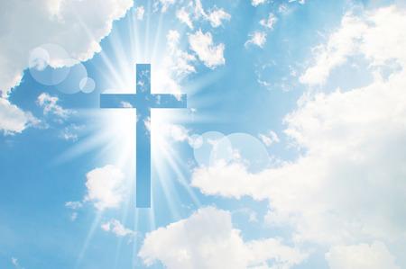 viernes santo: Cruz cristiana aparece brillante en el fondo del cielo Foto de archivo