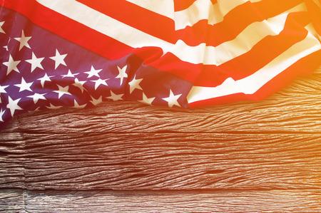 Amerikanische Flagge Grenze auf Holzuntergrund mit Sonnenlicht