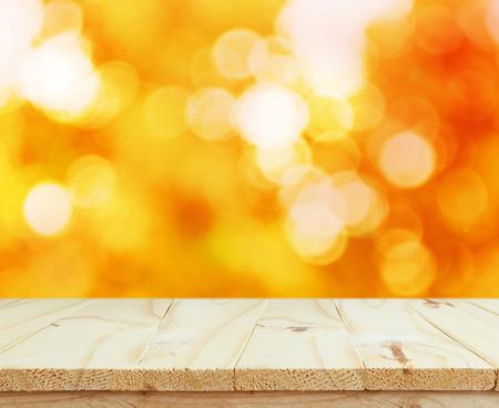 Holz Tischplatte auf glänzenden Bokeh Gold Hintergrund für die Anzeige Ihrer Produkte