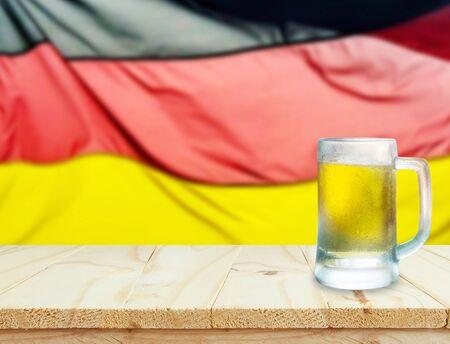 Holztisch oder Mock-up-Plattform für Innendekoration Design oder Werbung Dekoration mit deutschen Flagge Hintergrund, oktoberfest Konzept. Lizenzfreie Bilder