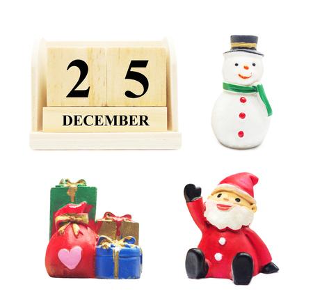 Hölzerner Kalender 25 DEZEMBER mit Weihnachten und Neujahr Dekorieren Schneemann, Weihnachtsmann und Gifbox mit Beschneidungspfad isoliert, Für Weihnachten und Happy New Year Dekoration feiern Konzept.