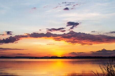 Sonnenuntergang auf der Seenlandschaft am Abend