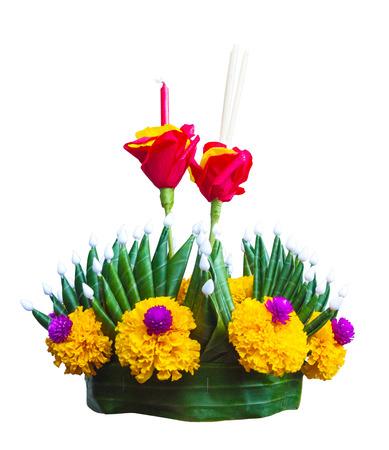 Krathong, die handgefertigte schwimmende Kerze, die mit dem Beschneidungspfad lokalisiert wurde, der vom sich hin- und herbewegenden Teil gemacht wurde, der mit Grün verziert wird, verlässt bunte Blumen und viele Arten kreative Materialien.