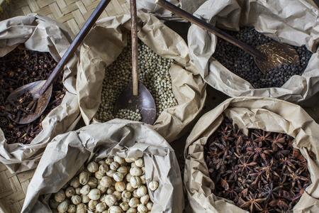 pepe nero: Un pacchetto di spezie famosi in Asia, chiodi di garofano, anice, pepe bianco, pepe nero e cardamomo Archivio Fotografico