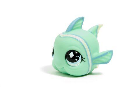 fish toy: pesce toy cute con gli occhi grandi, isolato su bianco