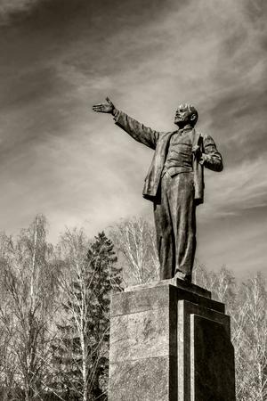 Le monument au camarade Lénine sur la place de la ville contre le ciel. Concept d'impression de dépliants, bannières, cartes
