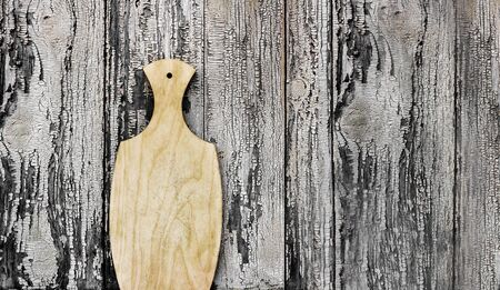 Empty vintage cutting board on the wooden background. Copy space for your text 免版税图像