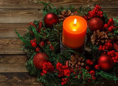 corona de adviento: Corona de Adviento con velas en la mesa de madera. Tiempo de Navidad.