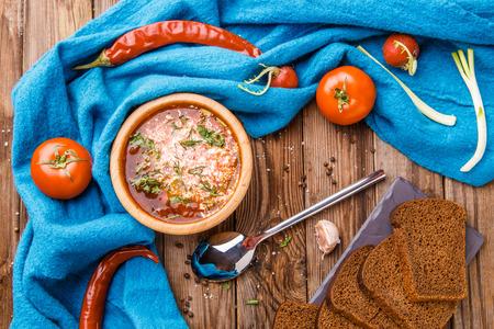 remolacha: Sopa de remolacha en placa de madera con verduras