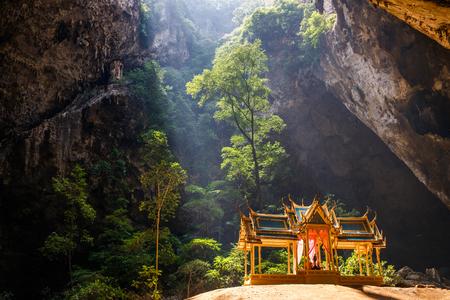 Phraya Nakhon Höhle Standard-Bild - 80262034