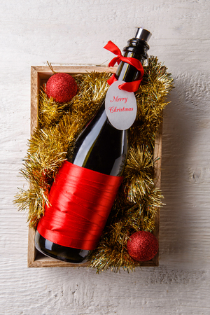 나무 상자에 카드와 함께 와인 병의 그림
