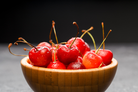 Photo of sweet cherry in wooden cup Imagens
