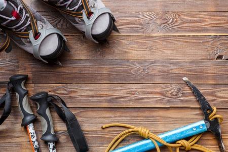 Photo on top of boots, ski poles, pickaxe, picks on wooden Stockfoto