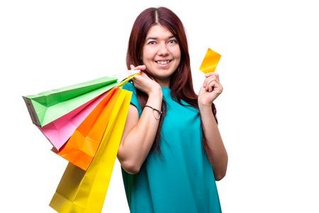 Mujer joven feliz con bolsas de la compra y tarjeta de crédito Foto de archivo