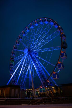 Photo of ferris wheel against background of night sky Imagens