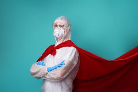 Le médecin porte un EPI - costume, gants et masque chirurgical en cape de super-héros. Banque d'images