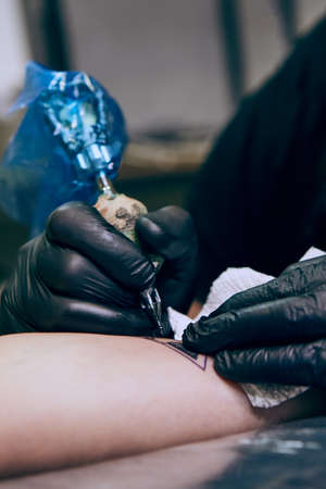 Professional tattoo artist makes a tattoo Stockfoto