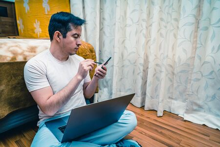 Latin young man working from home, teleworking Standard-Bild