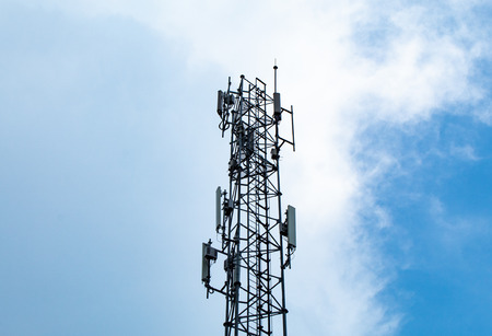 Wave transmission mast, large phone signal with a bright blue sky. Archivio Fotografico