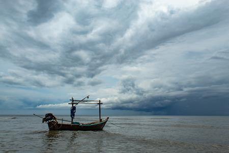 Vissersboten en de regen die in de zee valt.