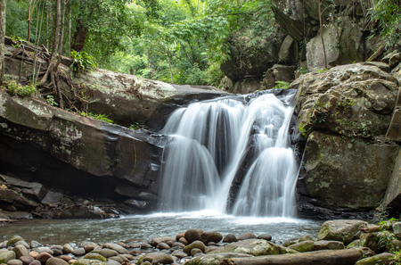 Cascada que fluye de las montañas en la cascada de Phu SOI DAO en Loei, Tailandia.