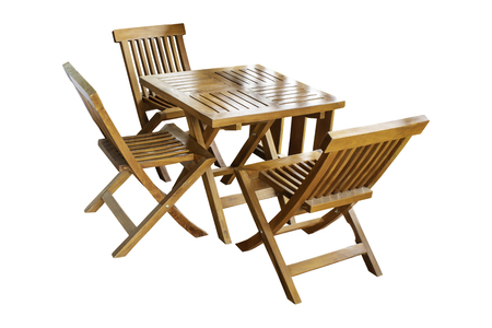 Izolowane Drewniany stół i zestaw krzeseł, piękny vintage na białym tle ze ścieżką przycinającą. Zdjęcie Seryjne