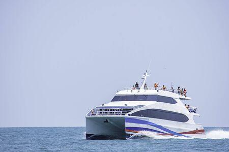 Fähren transferiert Besucher im Meer bei Koh Kood, Trat in Thailand. 28. März 2019 Editorial