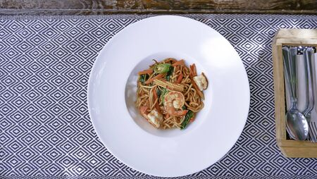 Top view image The spaghetti spicy shrimp in a white plate on the tablecloth. Banque d'images
