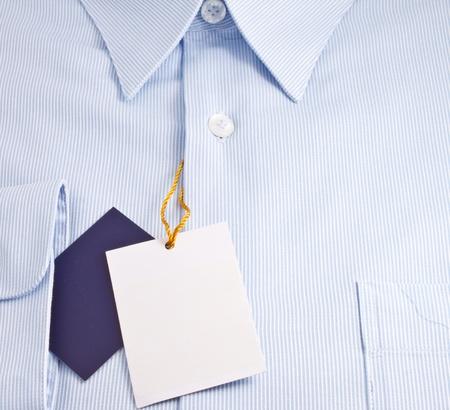 in shirt: Nueva camiseta azul con etiqueta en blanco