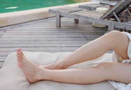 jolie pieds: jambes de la dame à la piscine Banque d'images