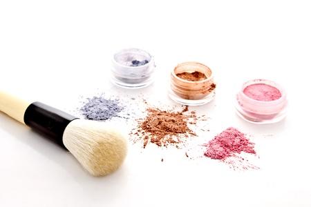 maquillage yeux: jeu de maquillage color� et une brosse sur fond blanc