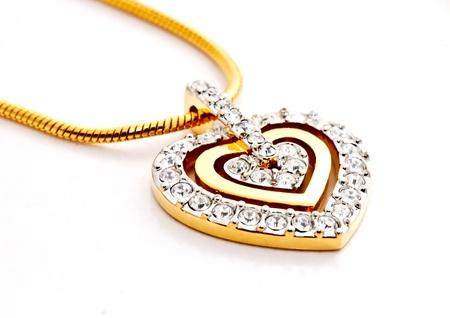 collares: forma de medall�n de diamantes del coraz�n sobre fondo blanco