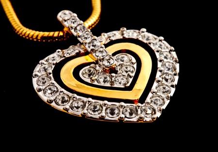 medaglione: cuore forma di medaglione diamanti su sfondo nero Archivio Fotografico