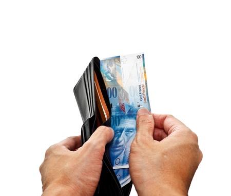 frank szwajcarski: Ręce otwarcia portfel z banknotów we frankach szwajcarskich