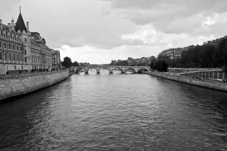 Seine river and old bridge in Paris Imagens