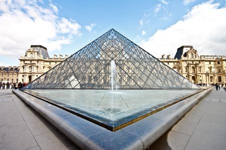 exhibition crowd: Museo del Louvre con la famosa piramide di vetro in giornata di sole Editoriali