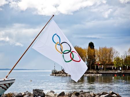 deportes olimpicos: Bandera olímpica en el Museo Olímpico en el lago Ginebra, Lausana, Suiza