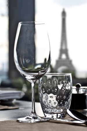 luxe: table � manger dans le restaurant raffin� de luxe avec Tour Eiffel fond