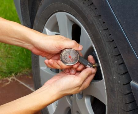 safety check: neum�tico de coche Medici�n de la presi�n