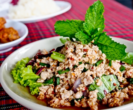 Thai food, spicy minced pork with herb or Lab Archivio Fotografico