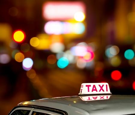 Taxi signo con luz Hong Kong noche