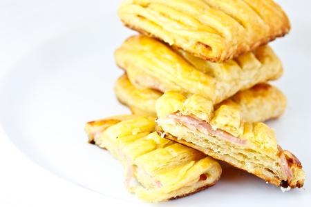 jamon y queso: tarta de queso jamón sobre fondo blanco