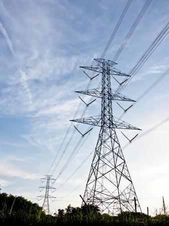 torres de alta tension: líneas de alta tensión con el cielo azul
