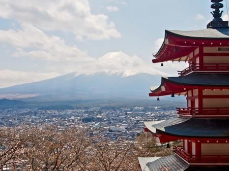 pagoda: el famoso hito Jap�n Fujiyama monta�a con rojo japon�s pagoda Editorial