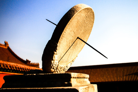 reloj de sol: antiguo reloj de sol en la ciudad prohibida, Beijing, China Foto de archivo