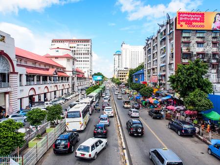 Traffic in Yangon city, Myanmar Redactioneel