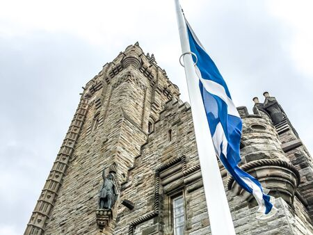 scottish flag: National Wallace Monument con la bandiera della Scozia a Stirling, Regno Unito